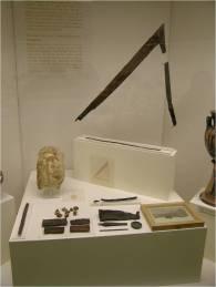 """Προθήκη των ευρημάτων του """"Τάφου του Ποιητή"""" στο Αρχαιολογικό Μουσείο Πειραιά"""