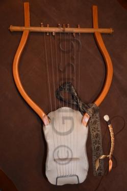 Εικ. 52. Το όργανο ολοκληρωμένο, με τον τελαμώνα δεμένο και το πλήκτρο εξαρτημένο.
