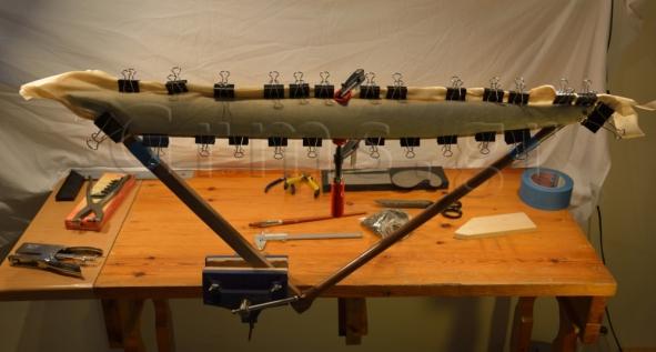 Εικ. 44. Εργαστήριο: στερέωση του δέρματος στην 'καρίνα' του ηχείου.